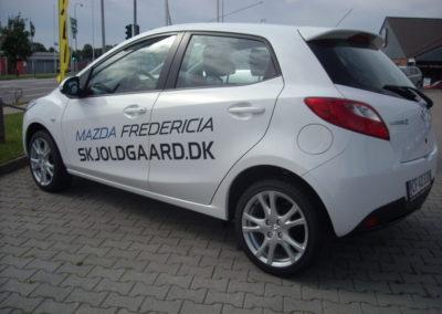 tekst og reklame monteret på bil