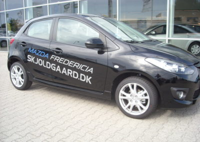 logo og tekst reklame på bil