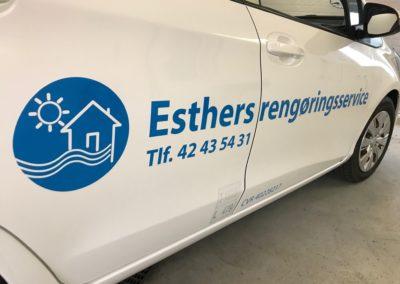 erklamer på bil med logo og tekst