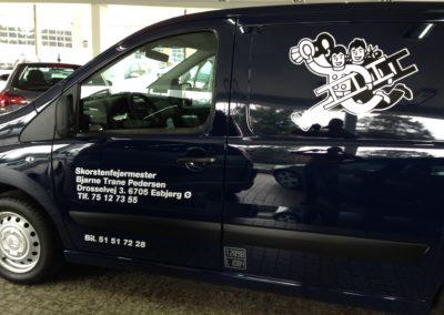 erhvervs reklame på sort varevogn