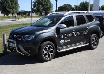 logo-mærker på mørk bil