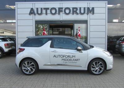 logo-mærker monteret på hvid bil