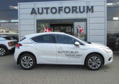autoforum logo monteret på hvid bil