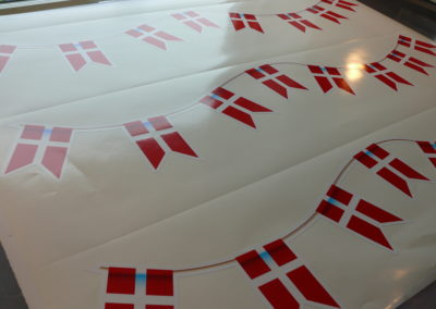mærke af flag på snor til jubilæum