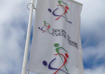 reklameflag med logo og farver