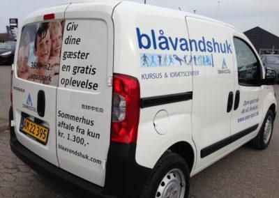 reklame på sden og bagsiden af varevogn