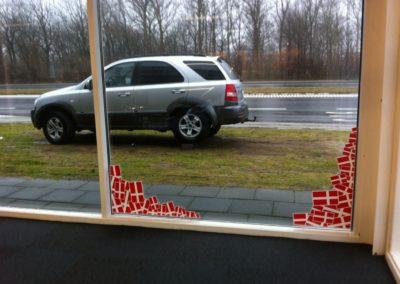 flagmærke til kant af vindue