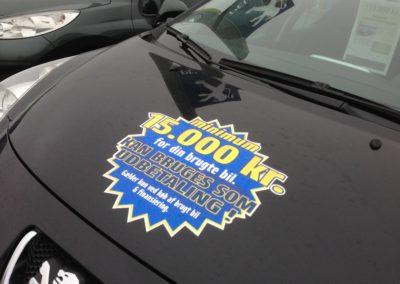 spot-mærke på sort bil