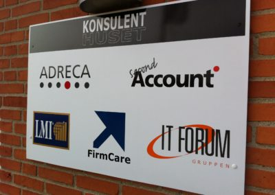 facade skilt med logoer
