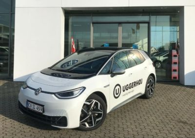Volkswagen bil med logo-mærke monteret af Fax-reklamer